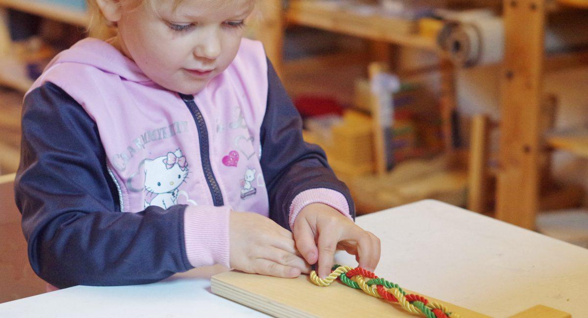 Activité manuelle dans le cadre d'un atelier Montessori en Alsace