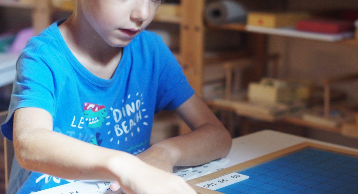 Classement des nombre de 0 à 100 dans le cadre d'un atelier Montessori
